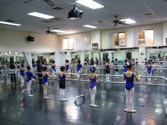 少儿舞蹈教室装修 舞蹈学校装修效果图 div